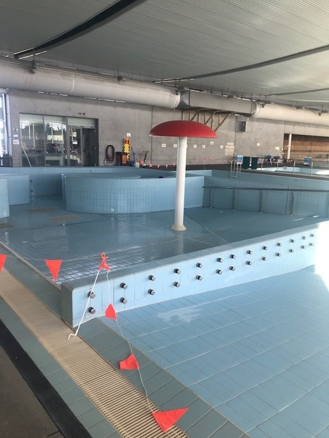 Picture of an empty pool with a turned off fountain at Selwyn Aquatic Centre